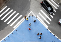 Pintura azul no asfalto aumenta a área reservada aos pedestres e reduz o percurso a ser transposto durante a travessia. Foto: Daniel Guimarães/A2Fotografia/Divulgação