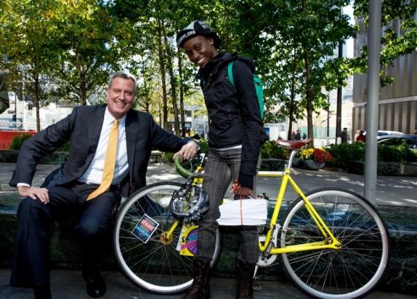 O prefeito atual de Nova York, Bill de Blasio, posa para foto com a cicloativista Laura Solis, em foto tirada pouco antes de ser eleito, em 2013. Preocupação com mortes no trânsito daria origem ao plano Vision Zero (fonte: blog #BikeNYC)