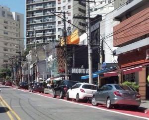 """Carros estacionados sobre a ciclovia na Praça Vilaboim, mesmo com placas de """"proibido parar e estacionar"""". Foto publicada no Twitter de José Simão, em 10/09/2014."""
