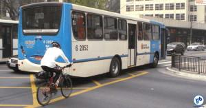 Sem ciclovia, ciclistas pedalavam fugindo de motoristas que não aceitavam sua presença na via. Foto: Willian Cruz