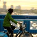Ciclista pedala em Londres, Inglaterra, uma das cidades europeias que mais investem na bicicleta como meio de transporte. Foto: Joe Newman (cc).