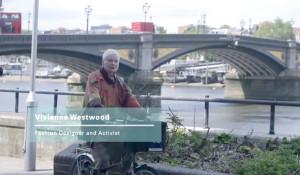 A renomada estilista (e também ativista) Vivienne Westwood, uma das entrevistadas pela pesquisa, indo para o trabalho de manhã. Ela usa a bicicleta regularmente como meio de transporte, Imagem: Healthy Air/Reprodução