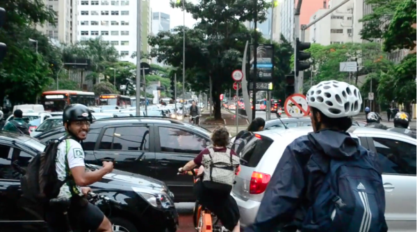 Mesmo no congestionamento mais medonho, não há o que detenha a marcha do ciclista. Foto: Rachel Schein