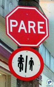 Além de evidenciar que a área adiante é compartilhada, sinalização pede que o ciclista pare, dando preferência aos pedestres. Foto: Willian Cruz