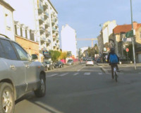 Criança pedala sozinha em rua da cidade francesa. Imagem: George Queiroz e Carol Ribas/Reprodução