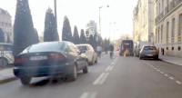 Motoristas parar e esperam a passagem de ciclistas, que precisaram desviar de obras na ciclofaixa. Imagem: George Queiroz e Carol Ribas/Reprodução