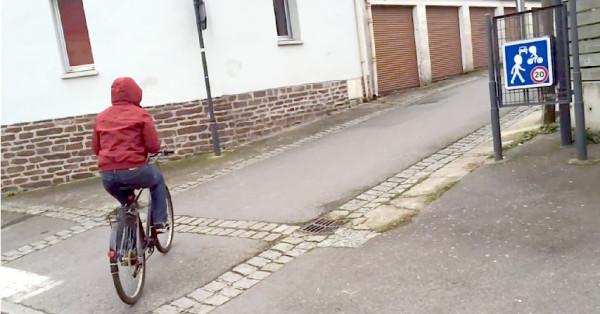 Rua compartilhada entre carros, ciclistas e pedestres em Rennes, na França. Repare no limite de velocidade (em km/h). Imagem: George Queiroz e Carol Ribas/Reprodução