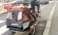 Trailers são muito utilizados para transportar crianças em países europeus, como o dessa imagem registrada na França. Foto: George Queiroz e Carol Ribas/Reprodução