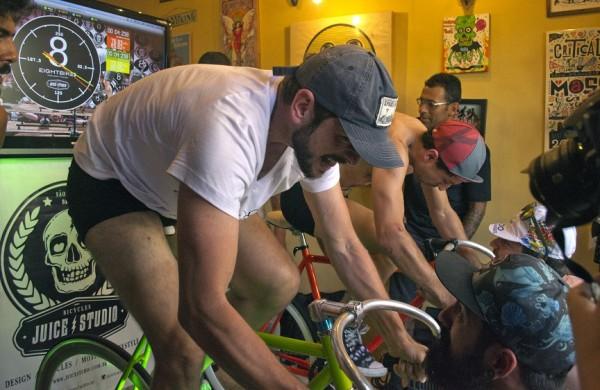 Sílvio Lucena (em primeiro plano) e Eduardo Macedo, ambos de Porto Alegre, disputam o roller race durante as Fixolimpíadas. (foto: Mariana Villa Real)