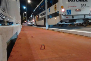 Ganchos metálicos no meio da pista oferecem grande risco de acidente. Foto: Phelipe Rabay/Ciclovida