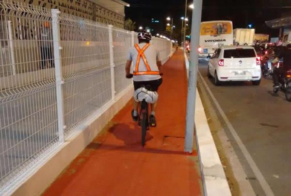 Poste instalado na ciclovia reduz espaço para circulação dos ciclistas. Foto: Phelipe Rabay/Ciclovida