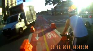 Motorista de caminhão faz curva em alta velocidade e acerta balizado. Foto: Paulo Henrique