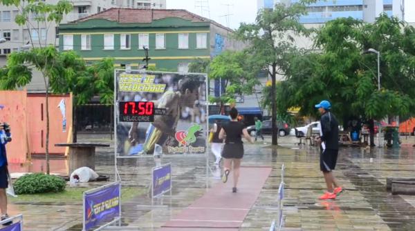 Mesmo com chuva, transeuntes toparam o desafio da corrida como meio de transporte. Foto: Rachel Schein