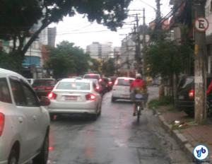 Dia de chuva, carros parados, bicicletas fluindo. E ainda tem motorista acreditando que elas é que atrapalham o trânsito. Foto: Rachel Schein