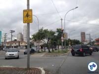 Placa já indica ao ciclista para aguardar a abertura do semáforo. Foto: Enzo Bertolini