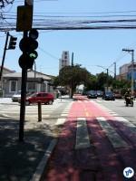 Olhando de volta: semáforos foram instalados para orientar os ciclistas que trafegam no contrafluxo. Foto: Willian Cruz