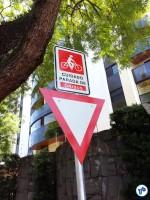 R. 1º de janeiro: placa alerta ciclistas quanto aos ônibus, que precisam parar sobre a área da ciclovia para embarque e desembarque nesse ponto. Foto: Willian Cruz