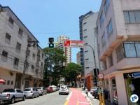 Placa avisa sobre a prioridade de pedestres e ciclistas, na R. 1º de janeiro, esquina com a Luis Góis. Foto: Willian Cruz