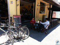 Ciclovia já está atraindo um novo perfil de clientes ao comércio local. Al. dos Boninas, esquina com Av. Sen. Casemiro da Rocha. Foto: Willian Cruz