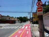 Placa pede que os motoristas de ônibus respeitem os ciclistas na Al. dos Guatás, esquina com a Av. Piassanguaba. Foto: Willian Cruz