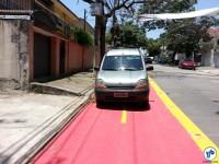 """Carro parado sobre a ciclovia da Al. dos Guatás: """"só um minutinho"""". Foto: Willian Cruz"""
