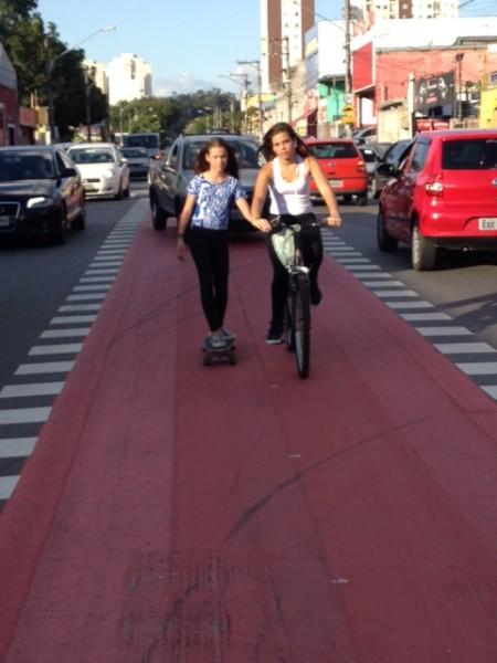 Cruzamentos na nova ciclovia não indicam prioridade de circulação do ciclista, colocando em risco a vida de quem pedala. Foto: Enzo Bertolini