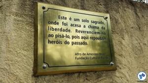 Placa no cenário reconstituído lembra a importância do local. Foto: Willian Cruz