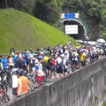 Ciclistas descendo a Rodovia Imigrantes uma semana antes de o Estado proibir o evento de descida da Rota Márcia Prado. Foto: Reprodução/Anderson Silva