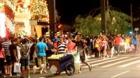 Avenida Paulista fica tomada por pedestres durante a época do Natal. Foto: Rachel Schein