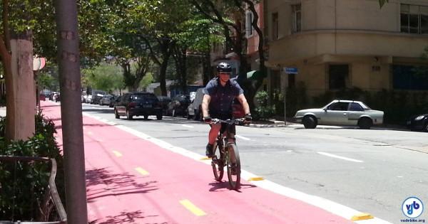 Ciclista na ciclovia da V. Mariana, em São Paulo. Foto: Willian Cruz