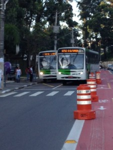 Ônibus invade ciclovia. Foto: Enzo Bertolini