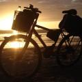 Nascer do sol em Luis Correia (PI). Atrás da bicicleta está o Rio Amapá, que separa o litoral do Piauí do Ceará. Foto: André Schetino