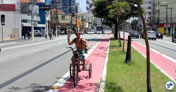 Jovem circula em triciclo na Av. Jabaquara, Zona Sul de São Paulo. Foto: Willian Cruz