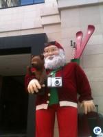 Papai Noel curtindo as férias em frente ao Shopping, na Av. Faria Lima. Foto: Rachel Schein