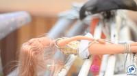 Essa criança levou a boneca para passear no bagageiro da bicicleta, mas garantiu que ele não fugisse. Foto: Rachel Schein