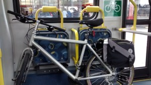 Ônibus tem espaço para até duas bicicletas. Foto: Instituto CicloBR