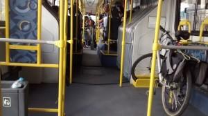 Transporte da bicicleta no ônibus só pode ser feita nos finais de semana. Foto: Instituto CicloBR