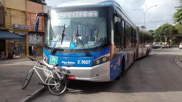 Adesivo na parte frontal do ônibus indica transporte autorizado de bicicleta no interior do veículo. Foto: Instituto CicloBR