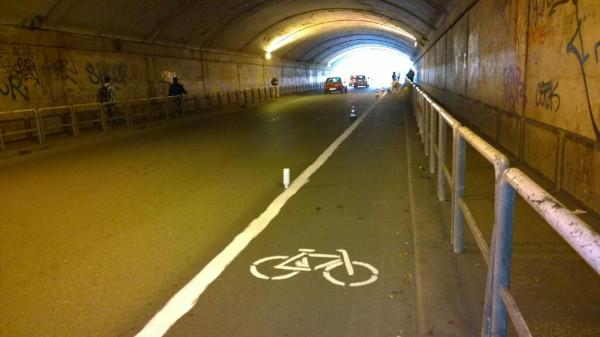 Após anos de reivindicação e nenhuma resposta, ciclistas de Roma resolveram pintar ciclofaixa em túnel da cidade. Foto: Manuel Massimo