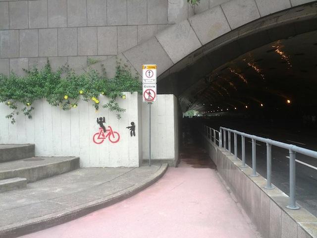 Stencil indica assalto contra ciclistas no interior do túnel. Foto: Reprodução/Ciclovia Laranjeiras Cosme Velho