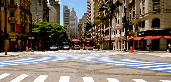 Sinalização em X foi instalada na esquina mais famosa da cidade: Ipiranga com a São João. Foto: Rachel Schein