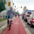 Ciclovia da Av. Vergueiro, numa terça-feira às 19h: três ciclistas à minha frente, mais dois vindo atrás. Foto: Willian Cruz
