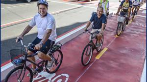 O prefeito de Vitória pedalou pela nova ciclovia durnte a inauguração. Foto: O Ciclista Capixaba