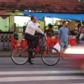 Mais um distinto senhor pedalando de roupa social na gelada cidade de Recife. E ainda está tomando seu café. Foto: Ameciclo