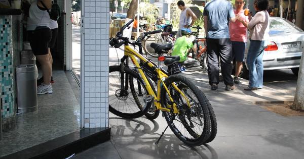 Bicicletas em comércio de São Paulo: presentes até quando não há onde estacionar. Foto: Guilherme Venaglia