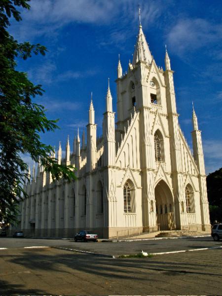 Igreja Santa Terezinha, que fica na praça de mesmo nome e é o principal alvo da fiscalização. Foto: Luciano Dinamarco/CC BY 3.0