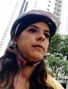 """A promotora Belize Câmara, no """"Dia de Bicicleta ao Trabalho"""". Foto: Reprodução"""