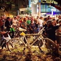 Momento de homenagem a Márcia Prado, uma das vítimas de atropelamento na Av. Paulista. A bicicleta da foto é uma ghost-bike, tradicional homenagem a ciclistas mortos no trânsito. Há duas delas na avenida. Foto: Alex Gomes/Bike Zona Sul