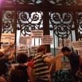 Cartazes colados em frente ao Ministério Público Estadual, no centro de São Paulo: críticas e questionamentos. Foto: Alex Gomes/Bike Zona Sul