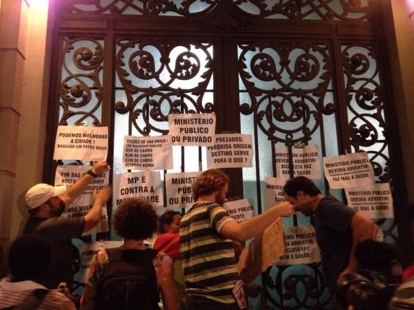 Cartazes colados em frente ao Ministério Público Estadual, no centro de São Paulo: críticas e questionamentos. Foto: Alex Gomes